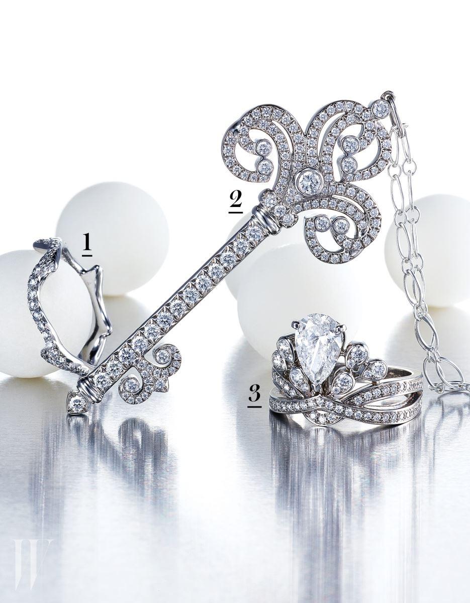 1. 크리스찬 디올이 사랑한 꽃에 대한 오마주를 담아 열정적인 사랑의 고백을 상징하는 장미 줄기를 모티프로 독창적인 아름다움을 보여주는 화이트 골드와 다이아몬드 소재의 브와 드 로즈 반지는 Dior Fine Jewelry 제품. 2. '사랑하는 사람의 마음을 열어주는 열쇠'라는 의미를 지닌 티파니의 키 컬렉션 중 19세기 호화로운 주택과 정원 게이트 문양의 대칭적이고 화려한 장식의 패턴에서 영감을 받은 플래티넘 소재의 인챈트 하트 키 펜던트 목걸이는 Tiffany & Co. 제품.  3. 쇼메 특유의 화려한 아름다움과 우아함을 담은 채 다이아몬드의 황홀함을 자아내는 왕관 모티프가 특징이며, 반짝이는  물방울에서 영감을 받아 디자인된 페어 셰이프 다이아몬드가 플래티넘 소재 위에 센터스톤으로 세팅된 조세핀 아그레뜨 임페리얼 반지는 Chaumet 제품.