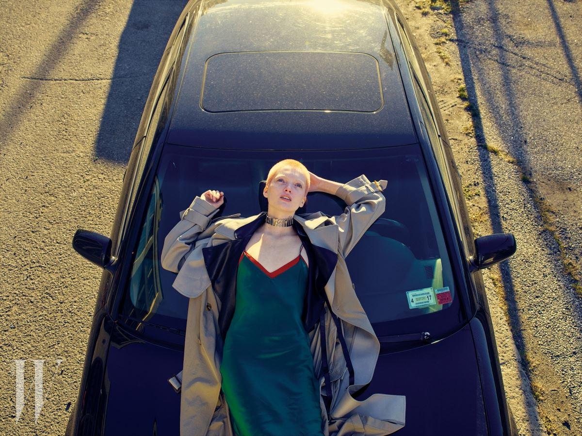 트렌치코트는 Wanda Nylon, 슬립 웨어를 연상시키는 드레스는 Nili Lotan, 초커는 Y/Project 제품. Beauty note: 샤넬 UV 에센셜 멀티 프로텍션 데일리 디펜스 선스크린 SPF 50으로 자외선을 차단했다.