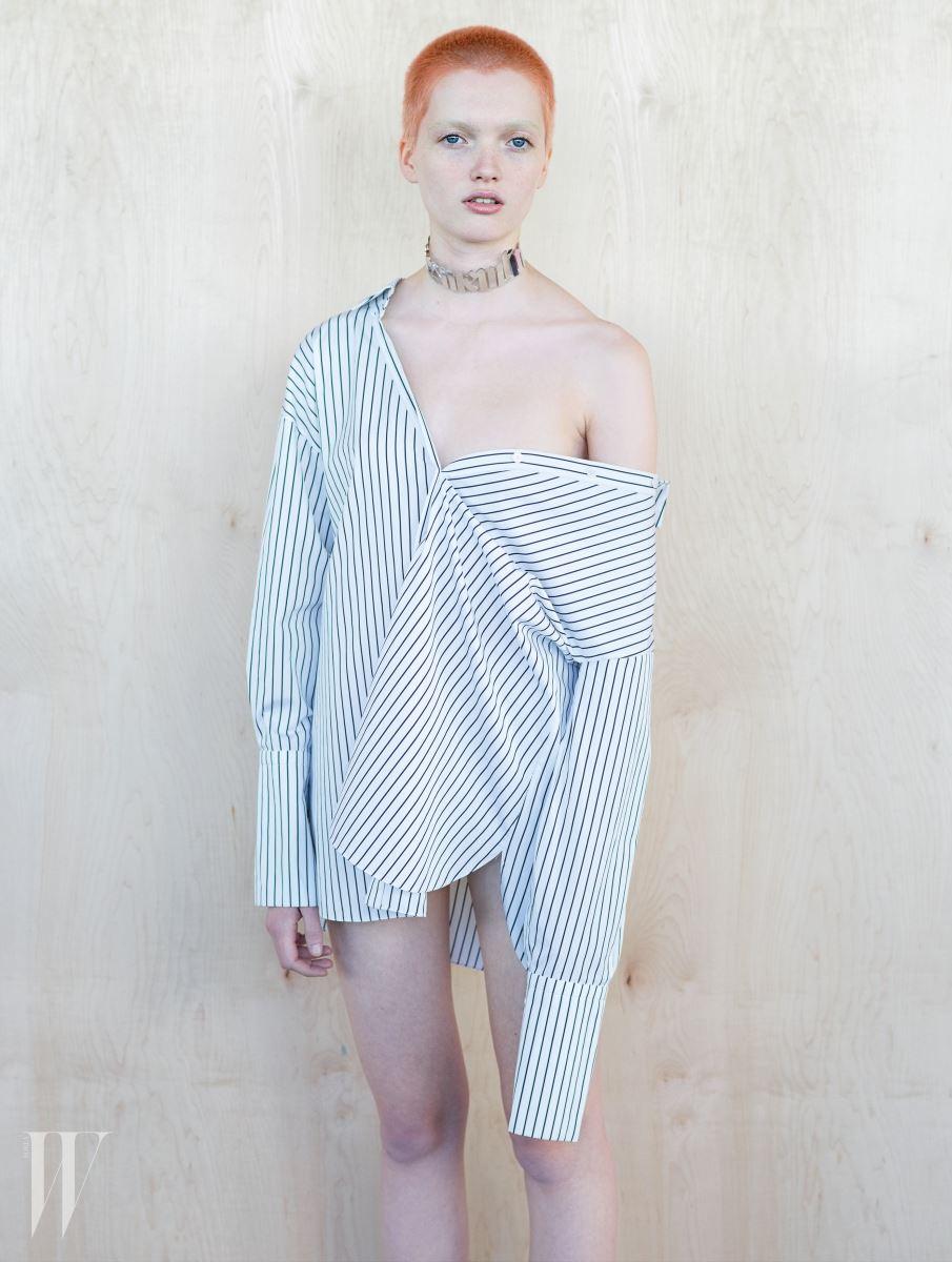 두꺼운 커프가 특징인 스트라이프 셔츠는 Tod's, 초커는 Y/Project 제품.