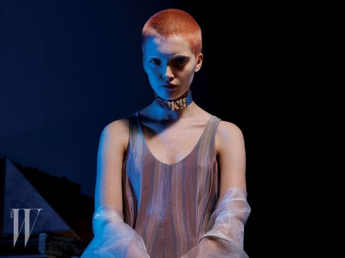 은은한 줄무늬 원피스는 Giorgio Armani, 속이 비치는 점퍼는 Wanda Nylon, 초커는 Y/Project 제품.