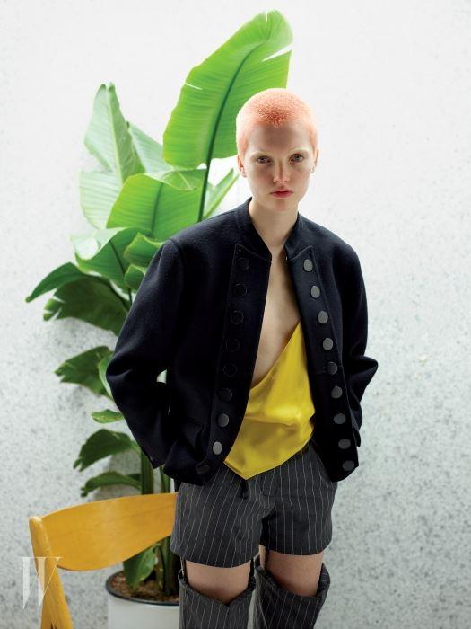 원형 버튼이 포인트인 재킷은 Burberry, 샛노란 톱과 팬츠는 Y/Project 제품. Beauty note: 스킨케어는 시세이도 싱크로 스킨 래스팅 리퀴드 파운데이션 SPF 20을 사용했다.