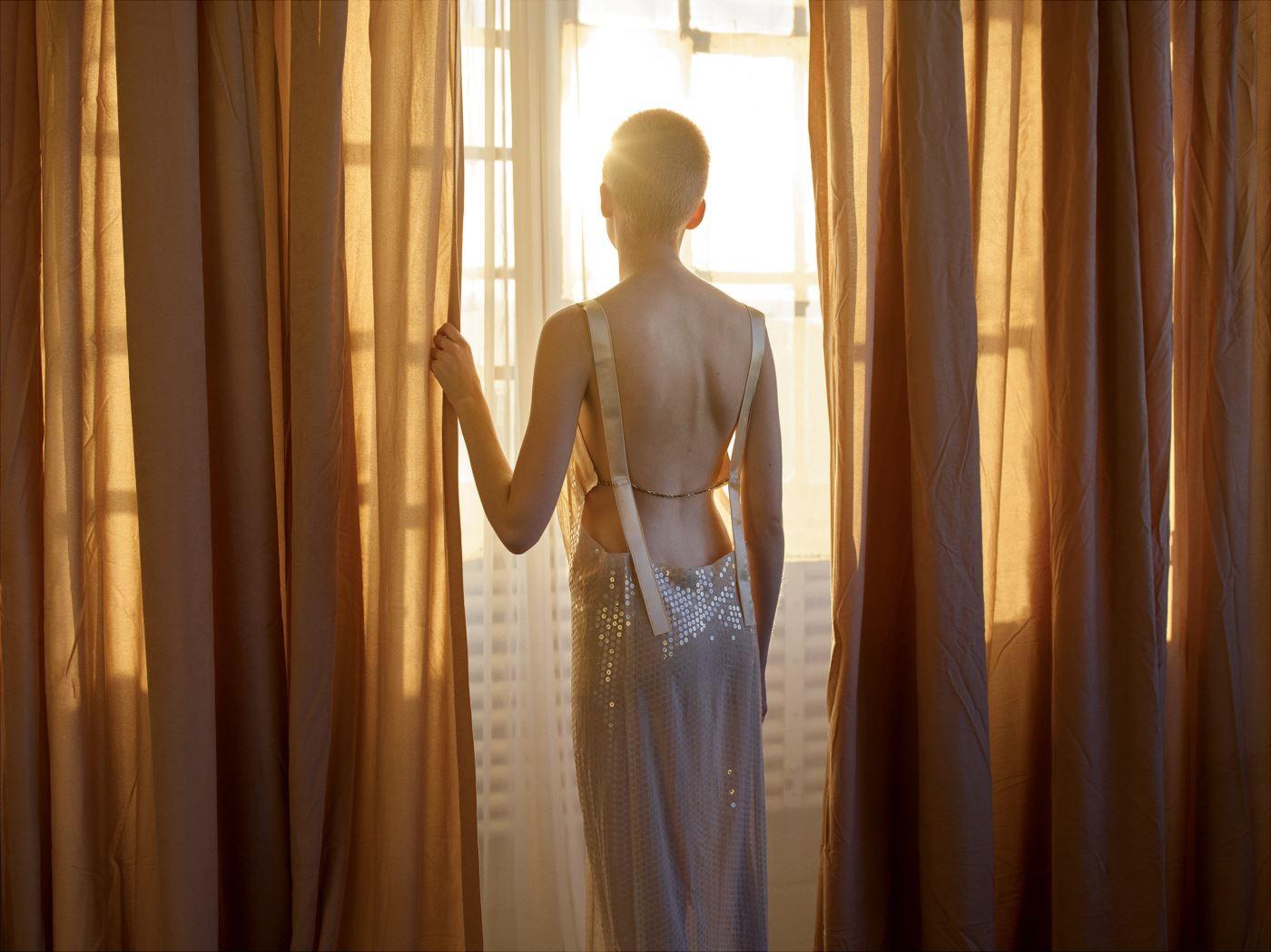 은은하게 비치는 스팽글을 장식한 슬립 드레스는 Calvin Klein Collection 제품.