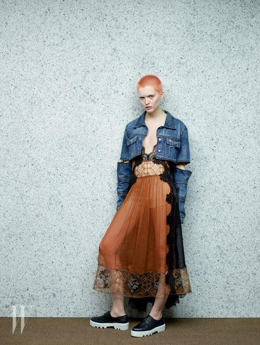 레이스 장식 드레스는 Alberta Ferretti, 소매가 분리된 듯한 데님 재킷은 Hood by Air, 흰색 굽의 플랫폼 슈즈는 Walter Steiger by Akris 제품. Beauty note: 랑콤의 립컬러로 입술을 은은하게 연출했다.