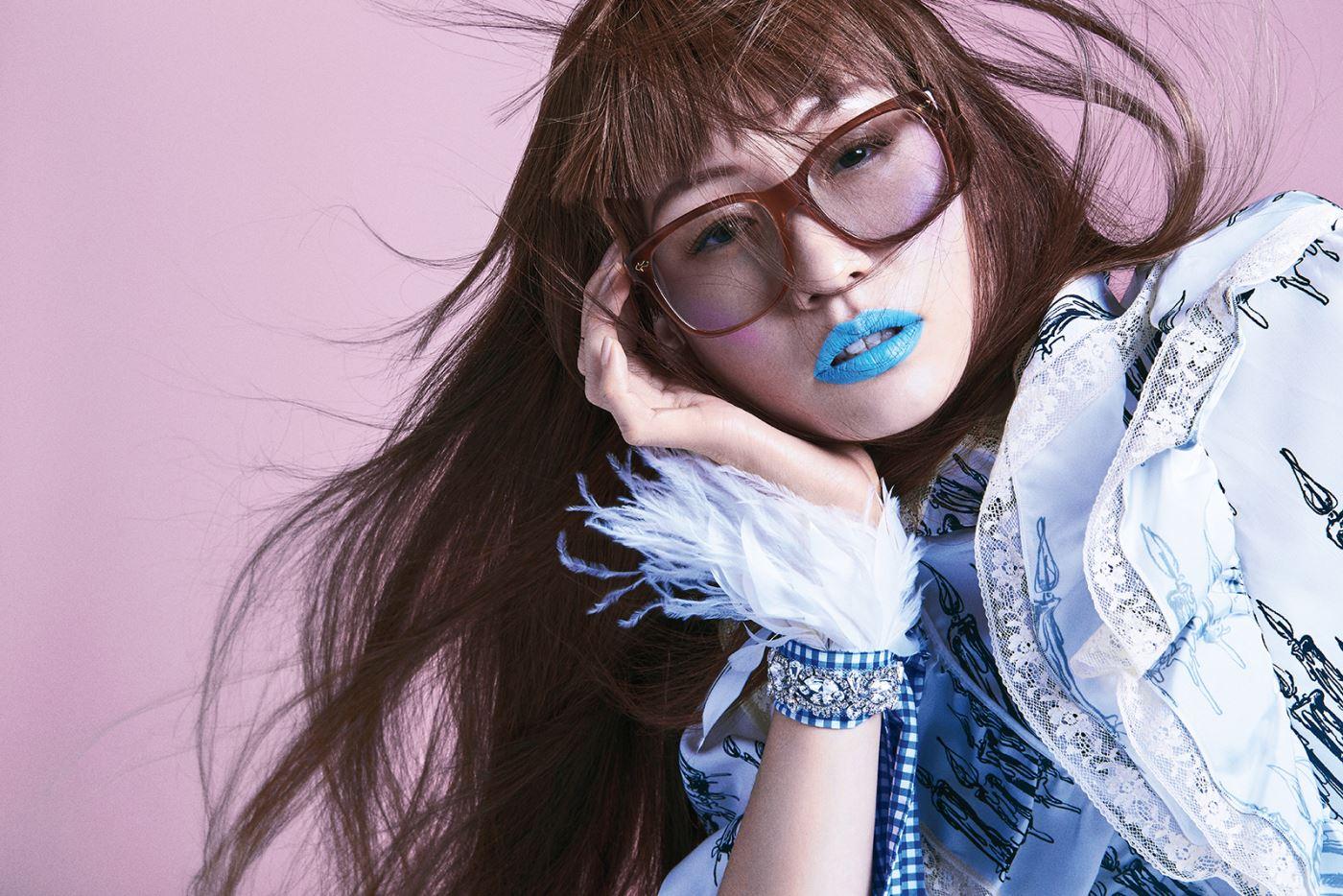 촛불 프린트의 드레스와 팔찌로 연출한 깃털 장식의 목걸이는 모두 Miu Miu, 빅 프레임의 선글라스는 Gucci 제품.