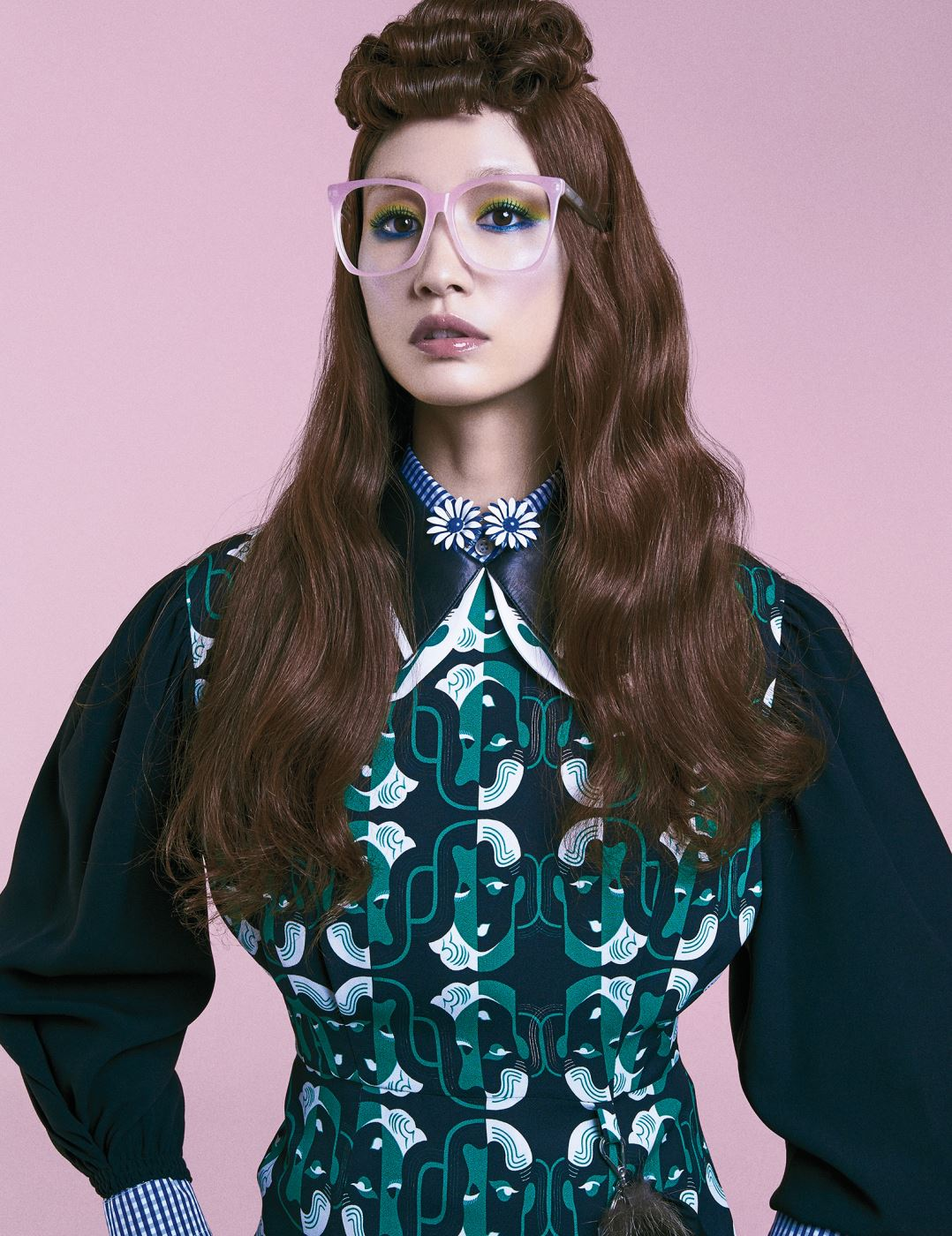 푸른 체크 셔츠가 레이어드된 원피스는 Miu Miu, 브로치로 연출한 데이지꽃 모양의 귀고리는 Dadaobjet, 핑크 프레임 안경은 Irresistor 제품.