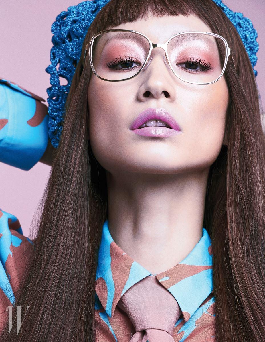 블라우스는 Cedric Charlier by Mue, 핑크 타이와 크로셰 베레모는 Gucci, 골드 프레임 안경은 Marc Jacobs by Safilo Korea 제품.