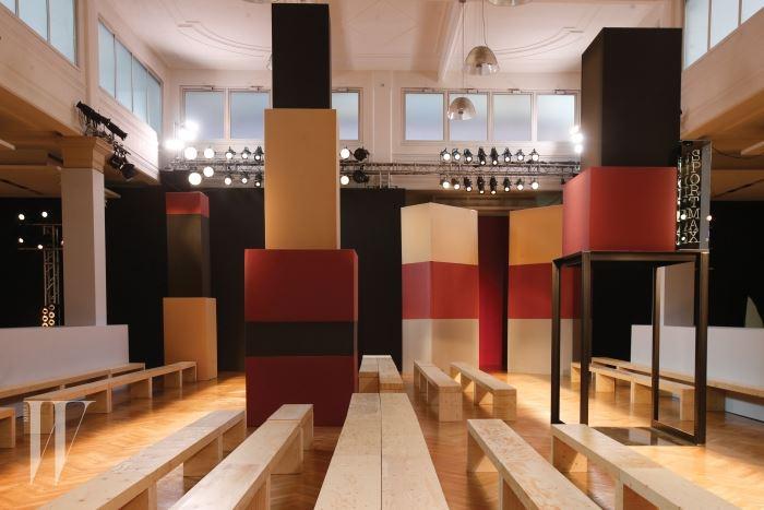 건축가 포르마 판타스마 듀오의 손길이 닿은 구조적인 구성의 2016 F/W 쇼장.