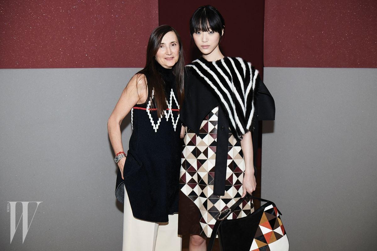 쇼가 시작되기 직전 준비를 마친 모델 최소라와 함께 포즈를 취한 스포트막스의 패션 디렉터 그라치아 말라골리.