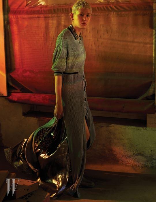 스포티한 메시 코트 드레스는 SupercommaB, 반짝이는 라메 슬립 드레스와 러버 부츠, 티아라, 레오퍼드 버킷백은 모두 Saint Laurent, 체인 목걸이는 Louis Vuitton 제품.