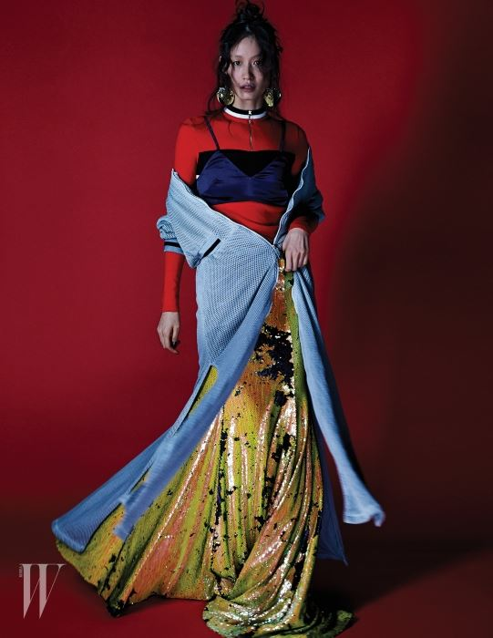 스포티한 메시 코트 드레스는 SupercommaB, 새틴 브라톱은 Low Classic, 지퍼 장식 니트 톱과 폼폼 모양 귀고리는 Prada, 스팽글 맥시 드레스는 Kye 제품.