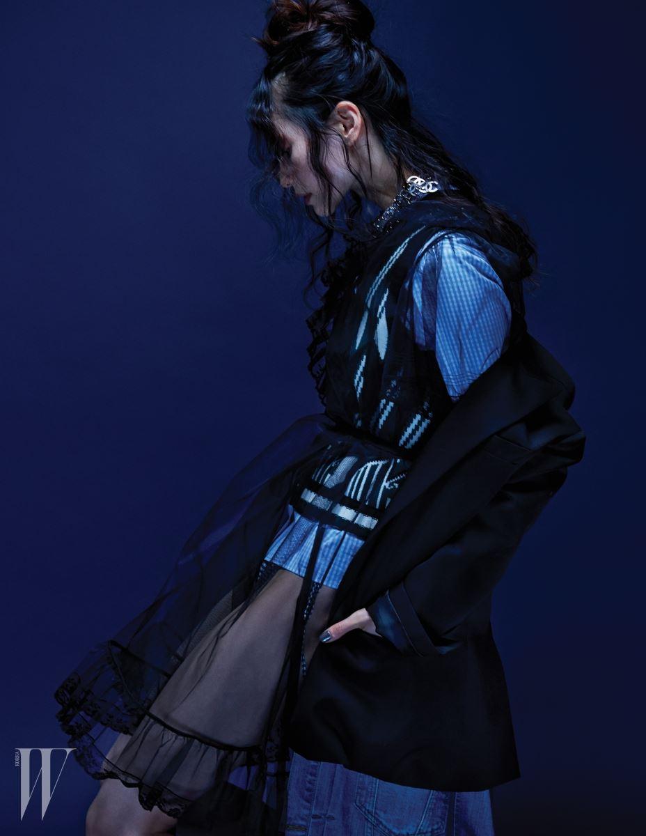 밑단에 데님 베스트가 연결된 테일러드 재킷은 Juun.J, 러플 장식 샤 드레스, 체크 셔츠와 기하학 패턴의 니트 베스트는 모두 Miu Miu, 메탈 초커는 Chanel 제품.