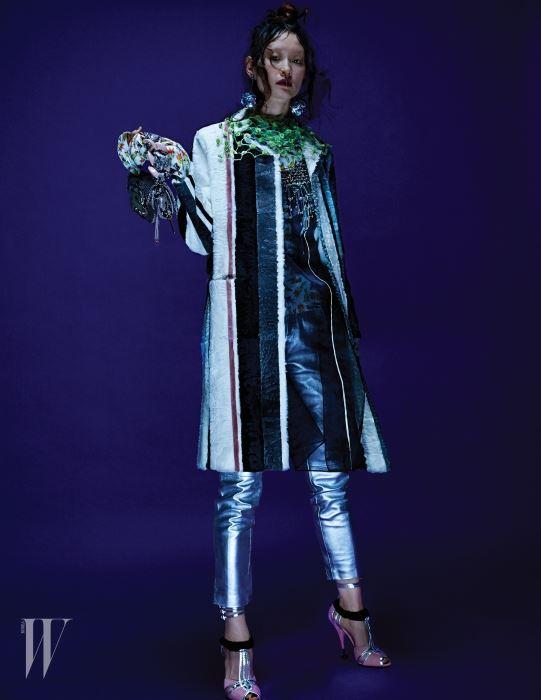 은색 가죽 팬츠는 Tod's, 줄무늬 패턴의 모피 코트와 네크라인에 비즈가 장식된 오간자 드레스, 토끼가 그려진 키치한 실크 셔츠, 폼폼 장식 네크리스와 시퀸 이어링, 분홍색 스웨이드와 실버 가죽이 어우러진 스트랩 슈즈는 모두 Prada, 마이크로 미니 백은 Miu Miu 제품.