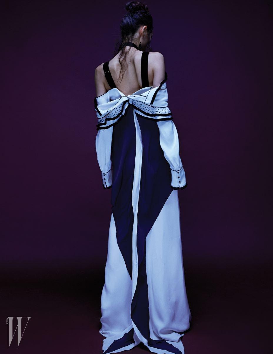 러플 장식 오프숄더 톱은 Proenza Schouler, 물결 모양의 뒤태가 우아한 이브닝드레스와 오픈토 슈즈는 Ralph Lauren 제품.