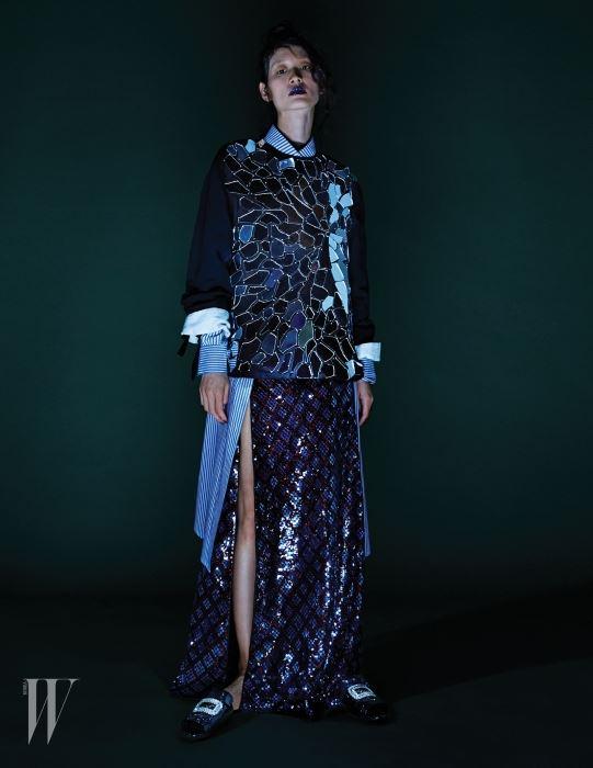 거울 조각이 장식된 톱은 Loewe, 파란색 줄무늬 셔츠 드레스는 Recto, 시퀸 장식 슬릿 드레스는 Marc Jacobs, 크리스털이 장식된 슬리퍼는 Roger Vivier 제품.