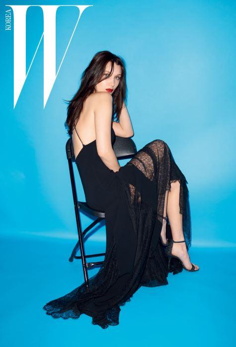 슬릿 장식의 레이스 슬립 드레스, 짙은 회색의 글리터 샌들은 Michael Kors Collection Trans 16 제품.