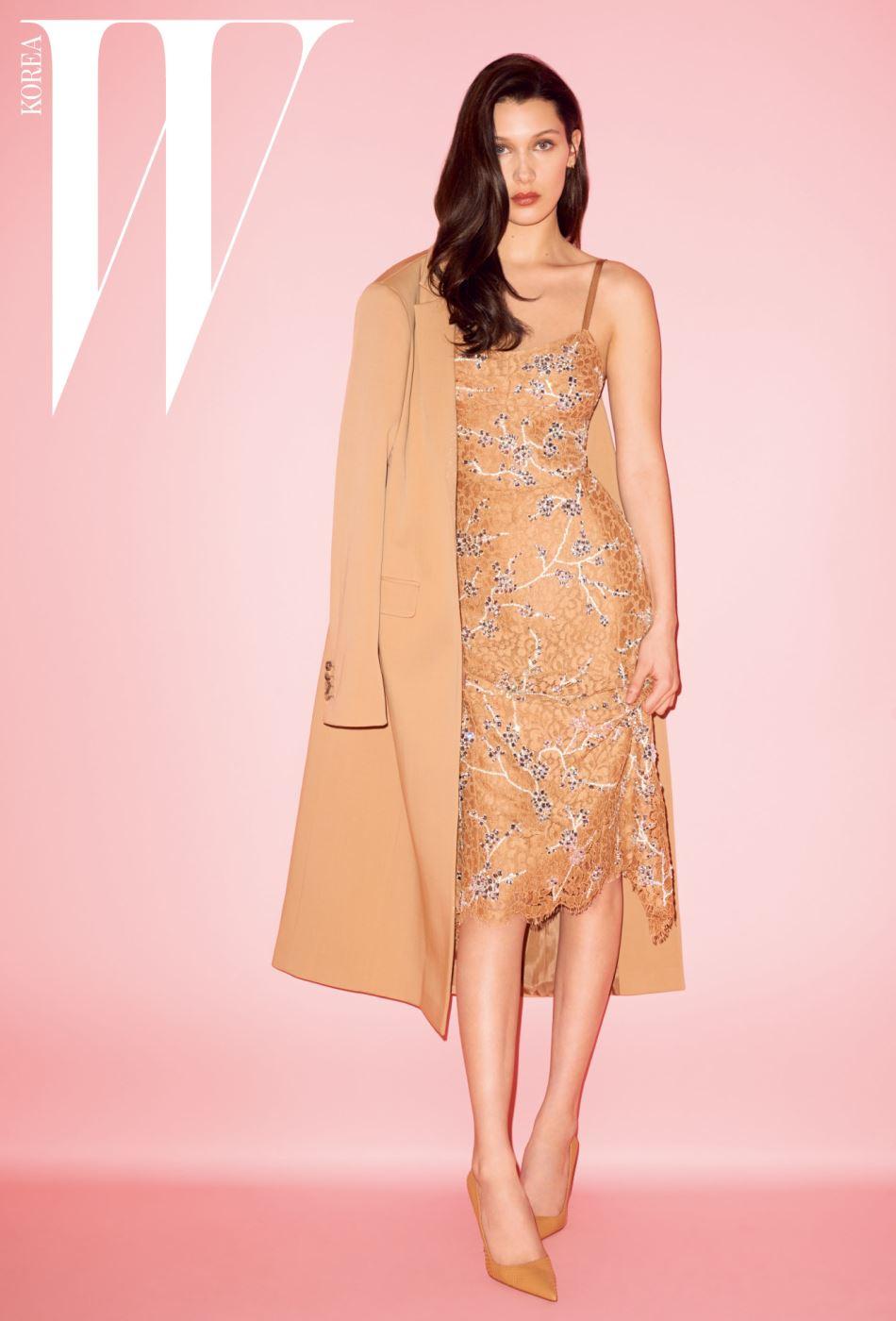 베이지색 울 코트와 크리스털 장식 레이스 드레스, 베이지색 스틸레토는 모두 Michael Kors Collection Trans 16 제품.