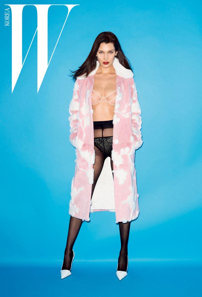 화사한 파스텔 핑크색의 꽃 패턴 밍크 코트, 옆부분이 투명하게 비치는 흰색 스틸레토는 Michael Kors Collection Trans 16 제품, 란제리와 타이츠는 스타일리스트 소장품.