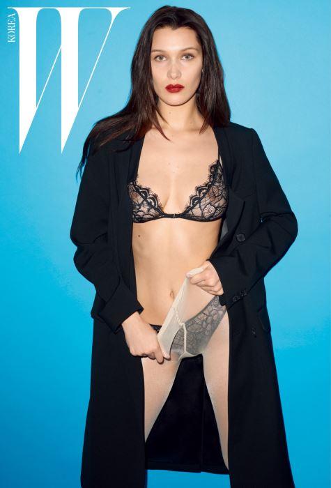 검은색 울 코트는 Michael Kors Collection Trans 16, 란제리와 타이츠는 스타일리스트 소장품.