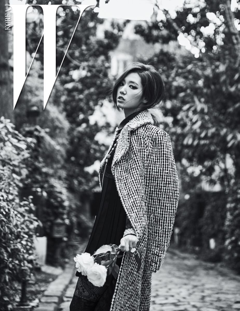 플리츠 장식 미니 드레스, 실루엣이 우아한 트위드 소재 롱 코트, 그물 타이츠, 원석 장식의 긴 목걸이는 모두 2016 파리 인 로마 공방 컬렉션으로 Chanel 제품.