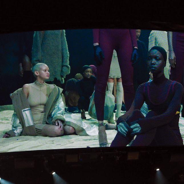 난민 캠프를 모티프로 한 뉴욕 매디슨 스퀘어 가든에 엄청난 숫자의 일반인 모델이 등장한 칸예 웨스트의 이지 시즌 3 2016 F/W 컬렉션.
