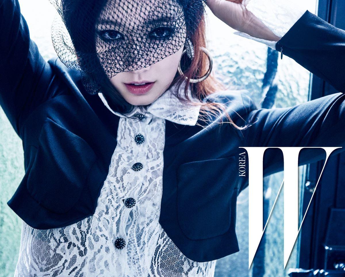 순백의 레이스 장식 칼라와 소매가 돋보이는 드레스, 대담한 후프형 귀고리는 2016 파리 인 로마 공방 컬렉션으로 Chanel 제품.