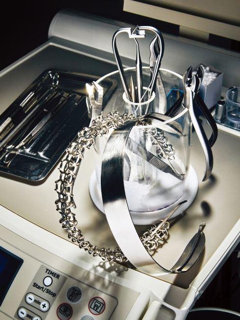 로고 체인 장식의 메탈 헤어피스, 매끈하게 재단된 메탈 헤어피스는 모두 샤넬 제품. 가격 미정.