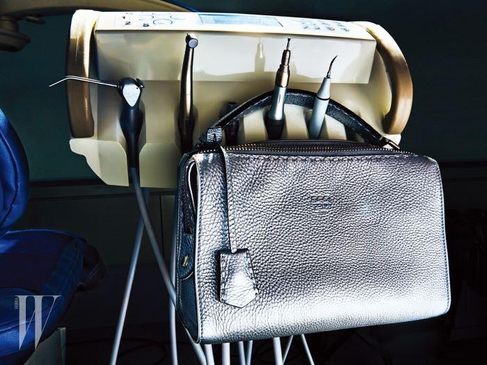 실버 셀러리아 레이 백은 펜디 제품. 3백28만원.