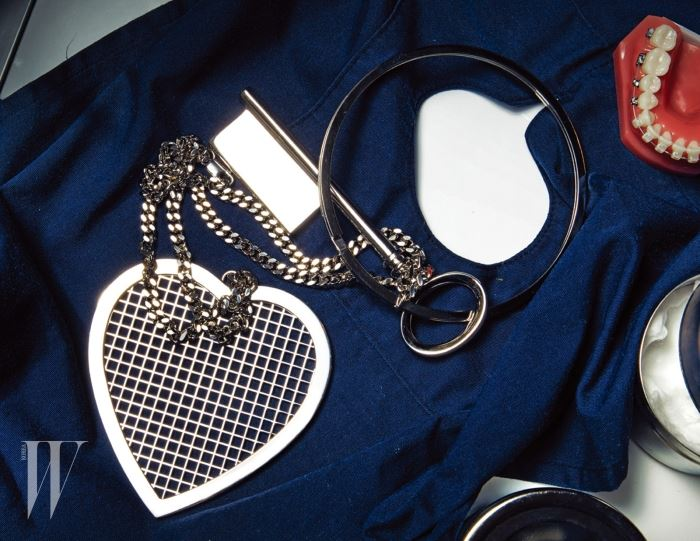 큼직한 하트, 열쇠 펜던트가 달린 체인 목걸이는 지방시 제품. 1백만원대.