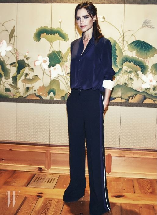 한국가국박물관에 놓인 아름다운 전통 병풍 앞에서 우아하고 당당한 모습으로 를 위해 포즈를 취한 빅토리아 베컴.