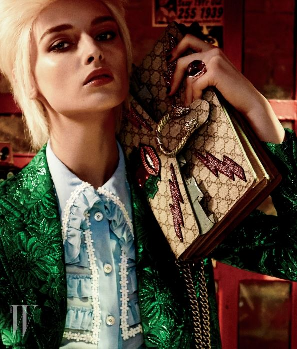 톱과 재킷, 가방은 구찌, 반지는 지오이아 제품.