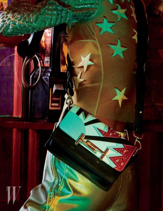가방과 팬츠는 토즈, 톱은 크리처스 오브 더 윈드 제품.