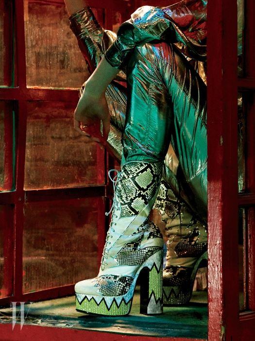 톱과 팬츠는 이자벨 마랑, 부츠는 미우미우, 반지는 엘리자베스 록 제품.