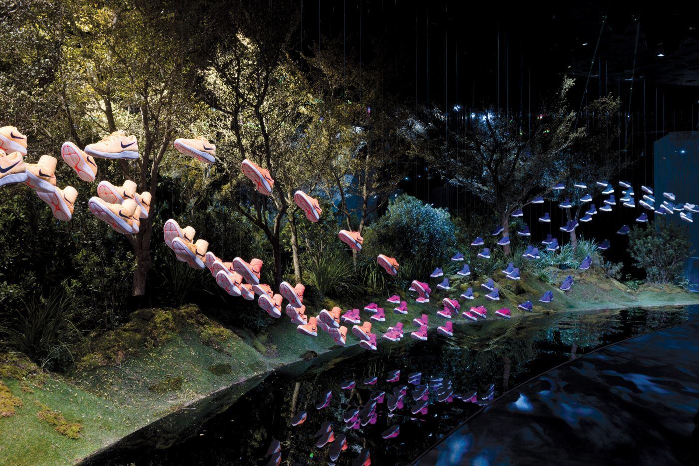 공중을 걷는 걸음처럼 디스플레이한 나이키 루나에픽은 제품의 중요한 특징인 가벼움을 시각적으로 보여준다.