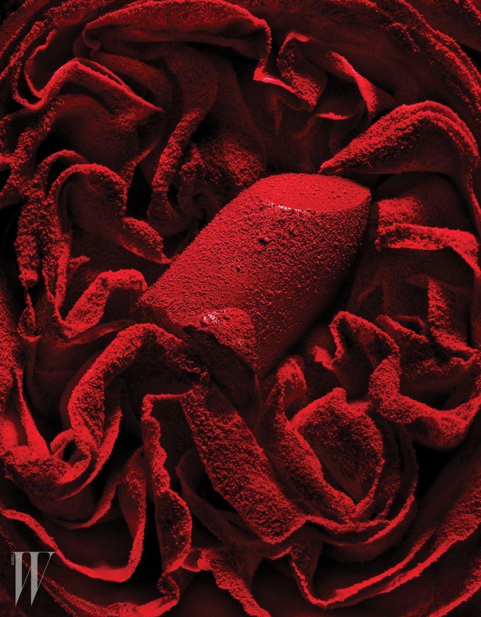 매트한 레드 립스틱은 Yves Saint Laurent 루쥬 르 꾸뛰르 더 매트(204호) 제품.