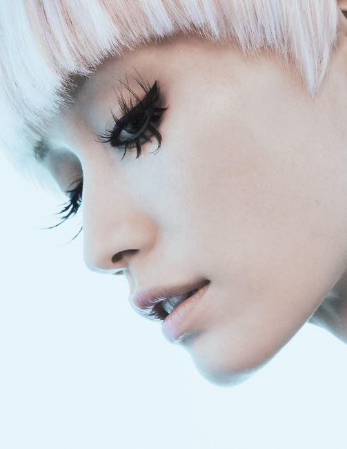드라마틱한 속눈썹의 아이 메이크업은 먼저 Laura Mercier 크렘 아이라이너(누아)를 눈 앞머리부터 눈꼬리 끝을 따라 살짝 위로 빼주면서 그린 다음 서로 다른 길이의 Shu Uemura 아이래시를 잘라 불규칙하게 붙여줬다.