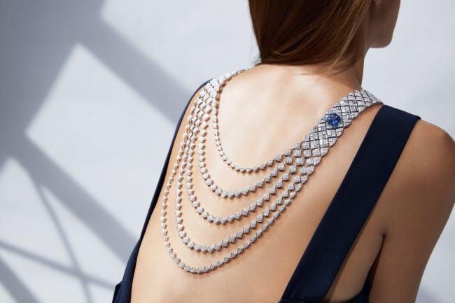 시그너처 드 사파이어 컬렉션 중 여러 줄을 길게 드리운 라인이 우아한 목걸이.