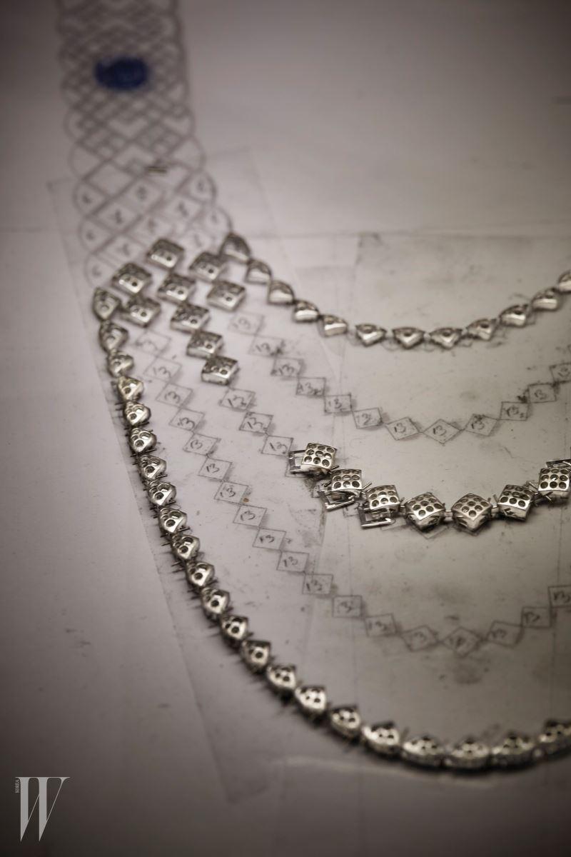 파리 방돔 광장에서 진행되는 샤넬 워크숍의 시그너처 드 사파이어 목걸이와 팔찌의 제작 과정.