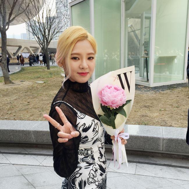 카이 쇼를 찾은 소녀시대 효연! 작약의 꽃말은 '수줍음'이다. 지금 그녀의 모습과 가장 잘 어울린다.