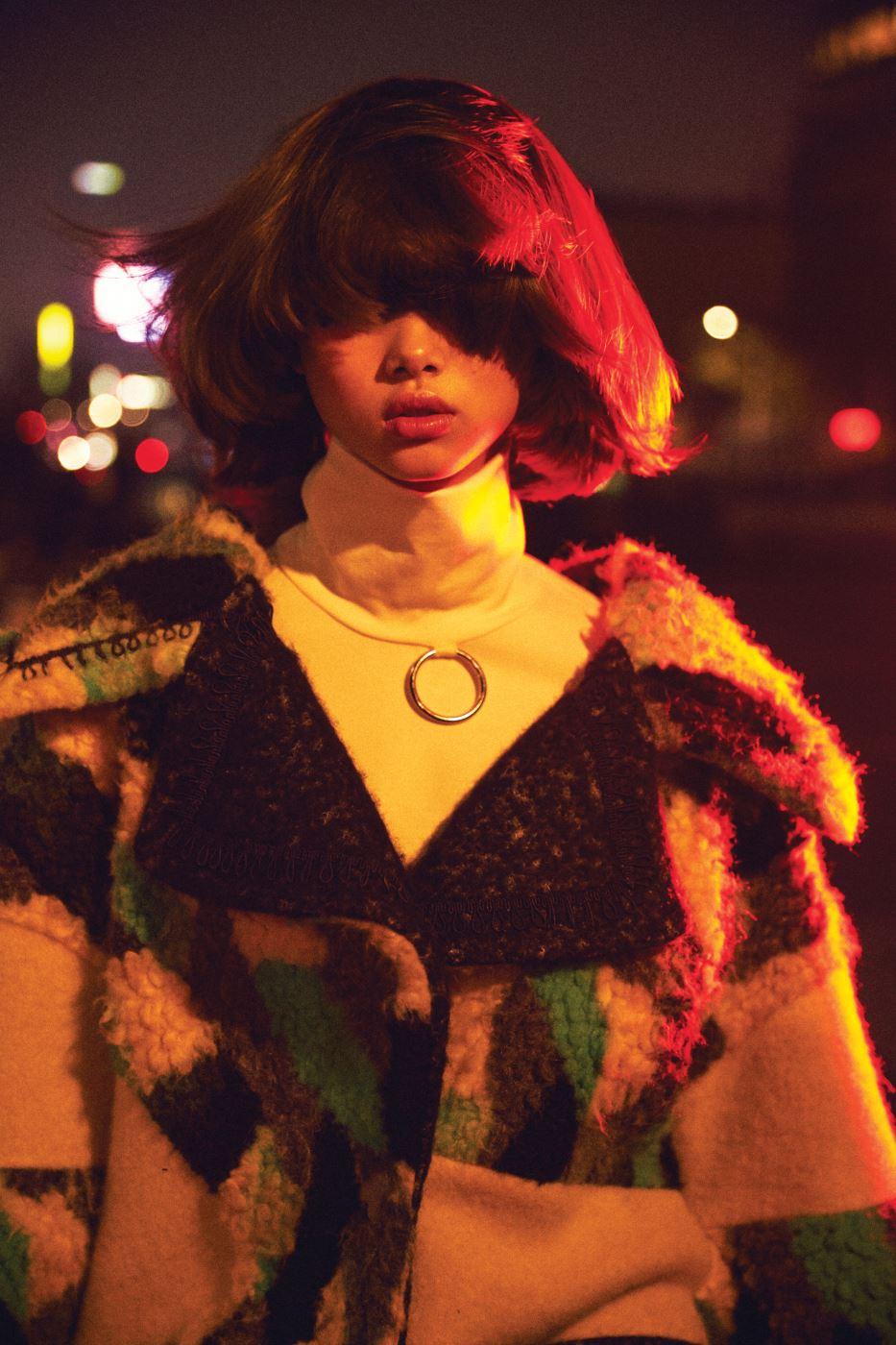 색 배합이 멋스러운 코트, 메탈 장식이 더해진 터틀넥은 Kwak Hyun Joo Collection 제품.