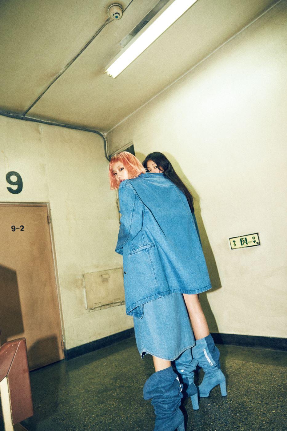 드라마틱한 오버사이즈 데님 재킷, 스커트처럼 연출한 데님 셔츠, 늘어지게 신기 좋은 사이하이 부츠는 모두 SJYP 제품.