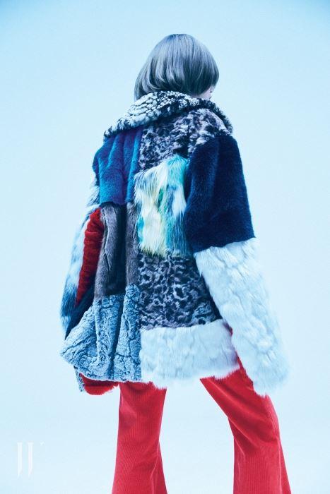 다채로운 털 소재를 믹스한 퍼 코트, 코듀로이 소재의 부츠컷 팬츠는 Rocket X Lunch 제품.