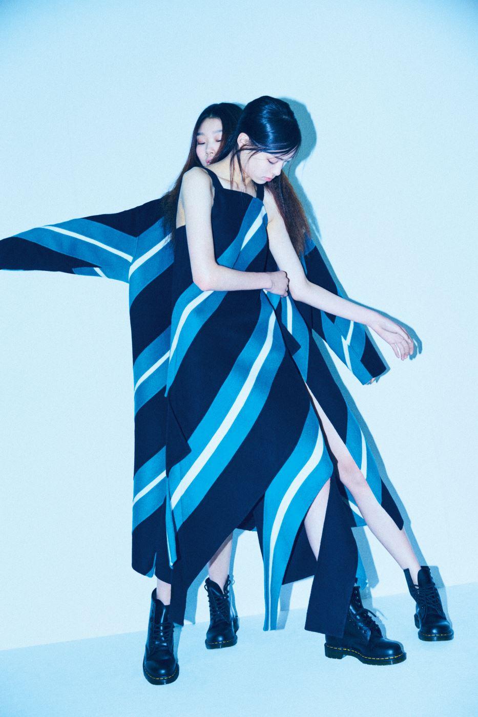 건축적인 줄무늬 패턴을 더한 슬리브리스 드레스와 코트는 YCH, 투박한 앵클부츠는 Dr.Martens 제품.