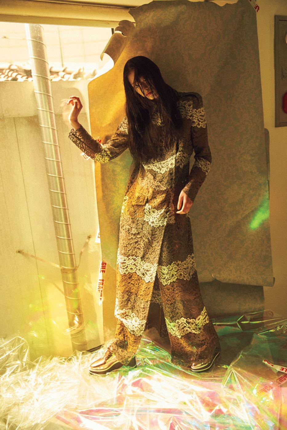 다양한 색감의 레이스 소재를 믹스한 낭만적인 트렌치코트, 메탈릭 소재 클리퍼는 Jain Song 제품.