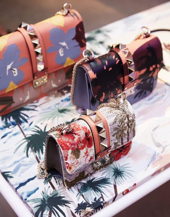 정교하게 그려진 꽃 장식과 스터드가 어우러진 핸드백 컬렉션.