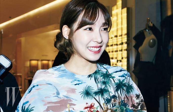 자신의 핸드폰으로 현장 곳곳을 촬영하며 SNS에 업로드한 소녀시대 티파니.
