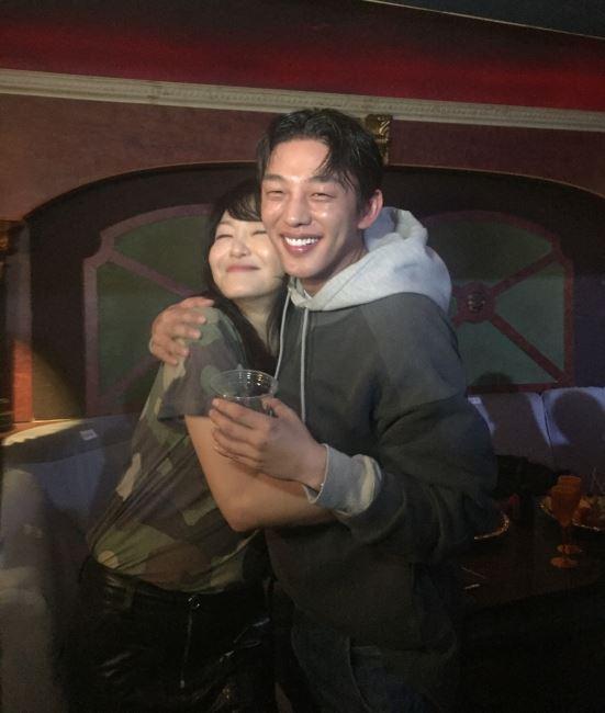 나이트클럽에서 진행된 럭키슈에뜨 쇼. 애프터 파티를 즐기는 디자이너 김재현과 유아인의 모습!