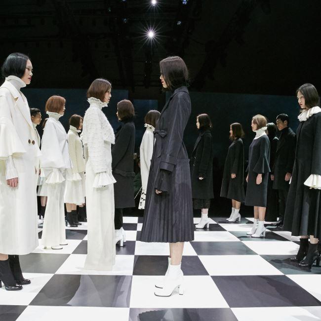 보고 또 봐도 헷갈리는 앤디앤뎁 런웨이 동선. 중앙에 있는 무대를 체스판 삼아 모델들이 체스 피스가 되어 웅장한 퍼포먼스 피날레를 선보였다.