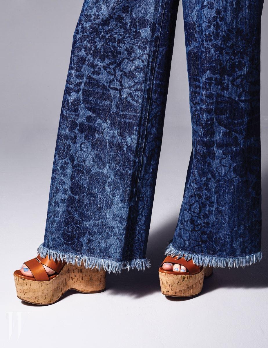 꽃무늬 와이드 데님 팬츠는 샤넬 제품. 가격 미정. 코르크 소재 웨지힐은 랄프 로렌 제품. 60만원대.