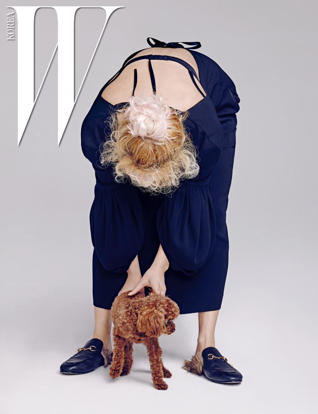 효연이 입은 검은색 퍼프 소매 베어백 드레스는 Simone Rocha by 10 Corso Como, 홀스빗 슬리퍼는 Gucci 제품.