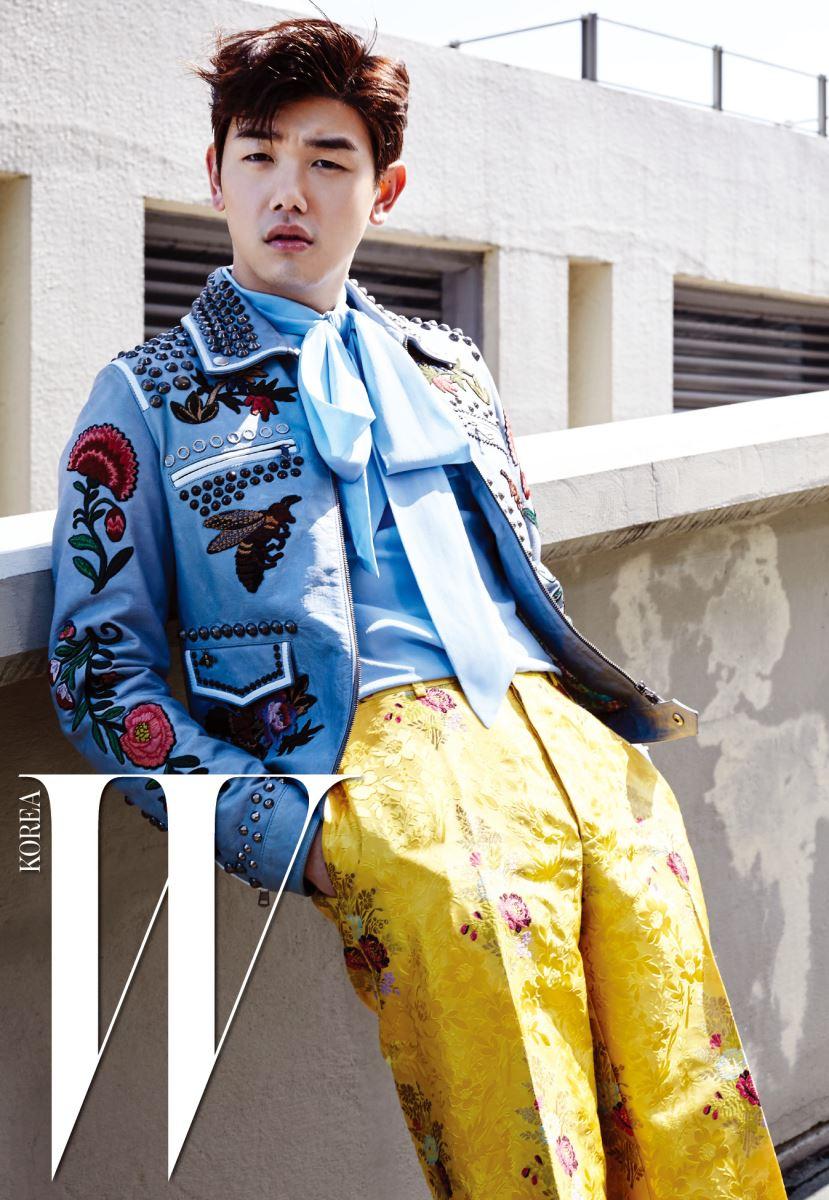 화조도풍 자수와 스터드 장식이 강렬한 가죽 재킷, 하늘색 보 장식 블라우스, 노란 브로케이더리 팬츠는 모두 구찌 제품.